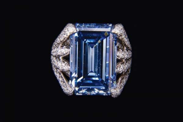 Viên kim cương được cắt theo hình chữ nhật truyền thống vàđặt gọn trong một chiếc nhẫn.(Ảnh: Internet)