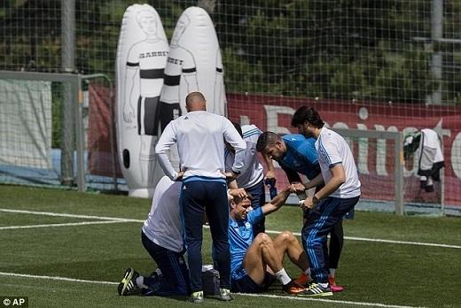 Các thành viên trong bộ phận y tế và Kiko Casilla đỡ Ronaldodậy. Thủ thành dự bị của Real khá lo lắng cho CR7.