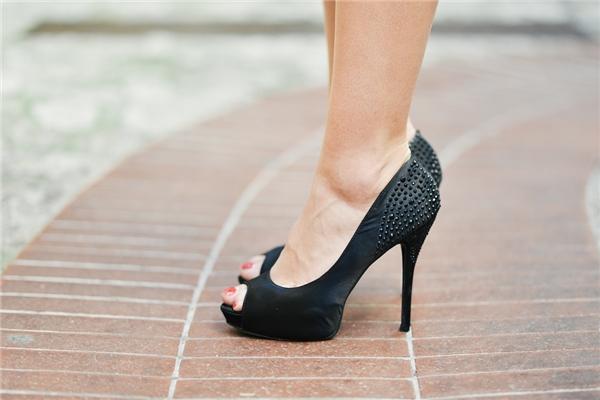 Giày cao gót - sát thủ tiềm ẩn của nhiều chị em phụ nữ.(Ảnh: Internet)