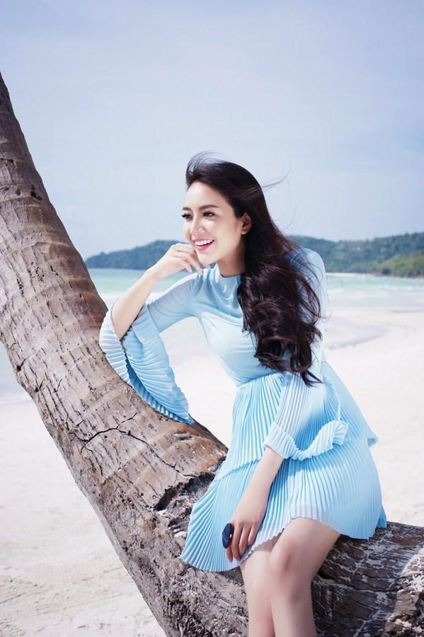 Cùng diện váy với chi tiết dún bèo cổ điển, nếu như thiết kế màu trắng thể hiện sự gợi cảm, táo bạo của chất liệu thì bộ váy màu xanh lại trông trẻ trung, ngọt ngào hơn.