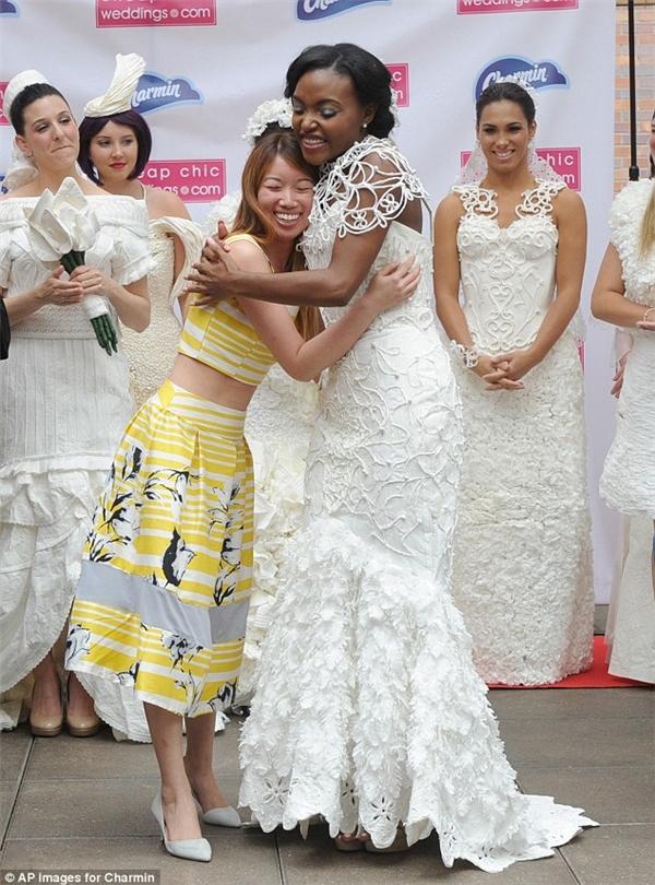 váy cưới từ giấy vệ sinh
