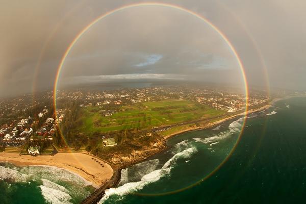 Cầu vồng tròn chỉ được nhìn thấy trọn vẹnkhi chúng ta ở cao hơn so với mặt trời.