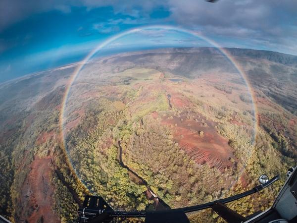 Hình ảnh cầu vồng tròn chụp từ trực thăng.