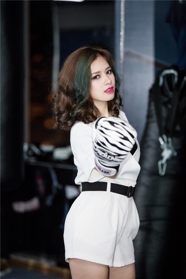Là khách mời đặc biệt của sự kiện, Dương Hoàng Yến chọn bộ trang phục khá tươi trẻ, cá tính và gợi cảm.