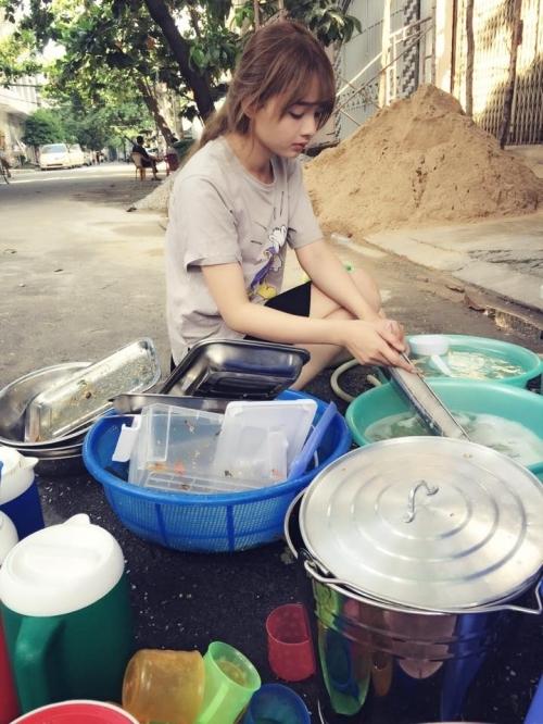 Cô nàng lại gây sốt vì bị chụp lén khi đang rửa chén.