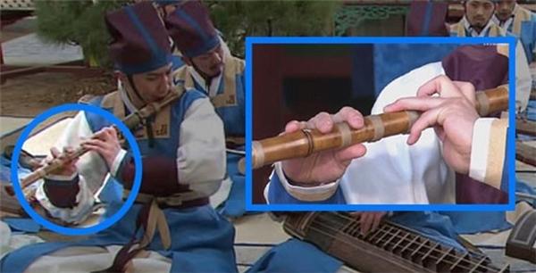 """Hẳn các môn sinh trong""""Dong Yi"""" phải """"gồng"""" ghê lắm mới thổi được mấy cây sáo không lỗ này."""