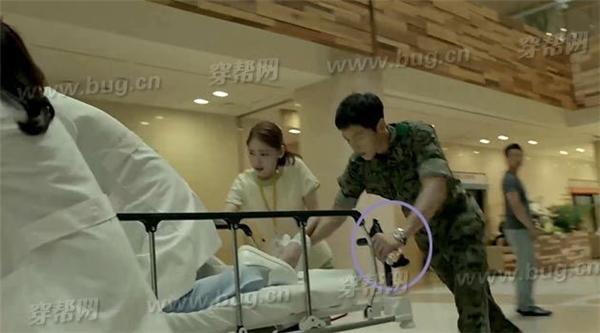 """Trong """"Hậu duệ mặt trời"""" ,đại úy Yoo Shi Jin đẩy xe cứu thương, ban đầuquân hàm bị đặt dưới bàn tay."""