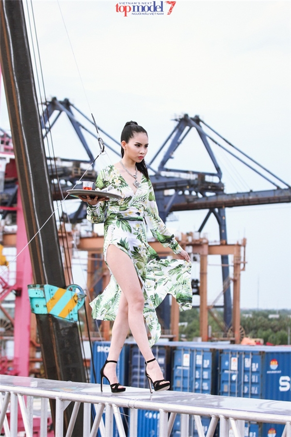 Thí sinh Next Top Model khóc thét khi catwalk trên không trung