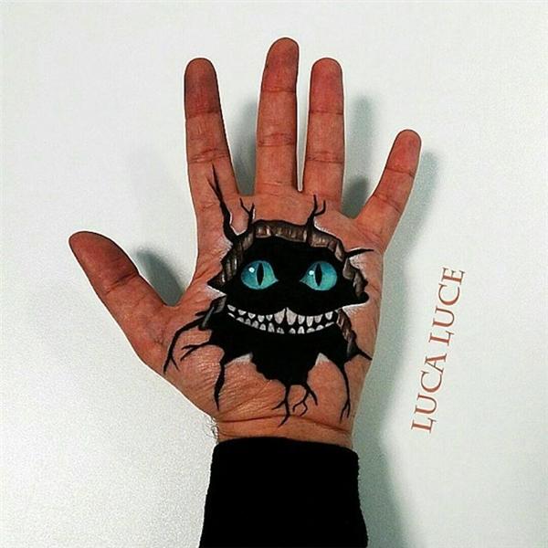"""Chú mèo béo trong """"Alice lạc vào xứ sở thần tiên"""" đã """"lạc"""" vào lòng bàn tay anh chàng này.(Ảnh: Luca Luce)"""