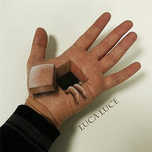 """""""Khoét"""" bàn tay vì nghệ thuật.(Ảnh: Luca Luce)"""