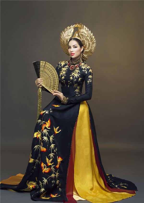 Trang phục truyền thống của Phạm Hương.