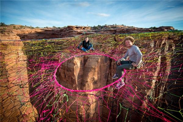 Andy, người Mỹ 28 tuổi là một diễn viên đóng thế. Anh đang ngồi trên một mạng nhện nhân tạo ở Utah và chuẩn bị cho màn biểu diễn ở độ cao 120m mà chỉ được nâng đỡ bằng những sợi dây.