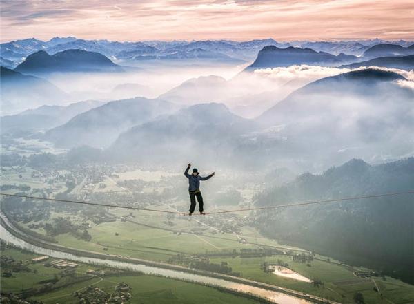 Tại Áo, nhà thám hiểm dũng cảm này đangđi bộ trên dâyvới đôi chân trần trong thời tiết giá lạnhtrên dãy núi Alps cao khoảng 1371m.
