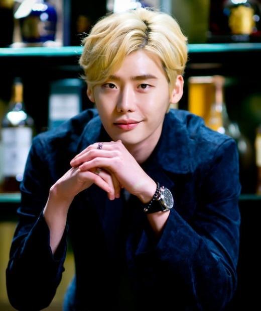 Mái tóc này rất hợp với gương mặt đầy vẻ lãng tử của diễn viên Lee Jong Suk.