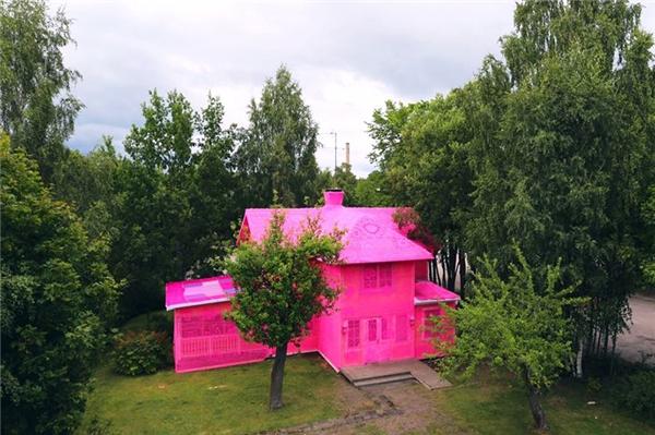 Toàn cảnh căn nhà sau khi đã được phủ len hồng.