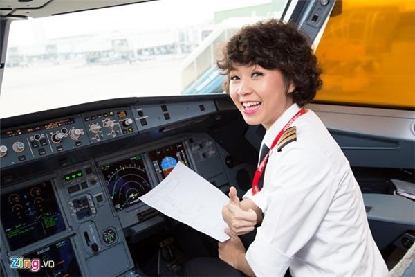 Vì nhiều quy định nghiêm ngặt nên phi công không được có sẹo quá to ngoài da. (Ảnh: Zing.vn + Internet)