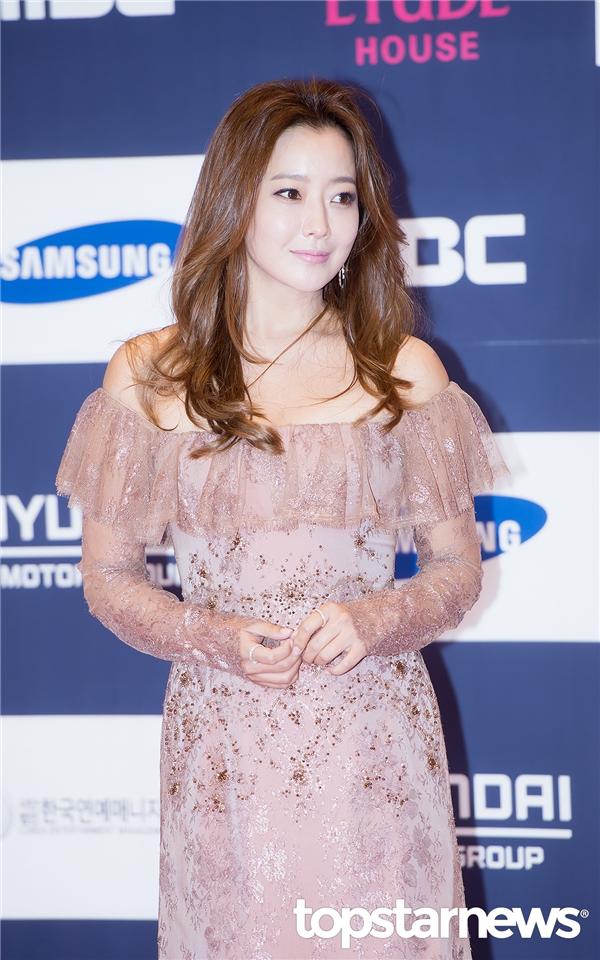 Thật không thể tin nổi với gương mặt xinh đẹp và trẻ trung như thế, Kim Hee Sun năm nay đã bước sang ngưỡng tuổi 40.
