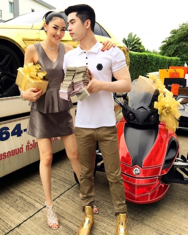 Choáng với siêu xe và nhà dát vàng của thiếu gia nức tiếng Thái Lan