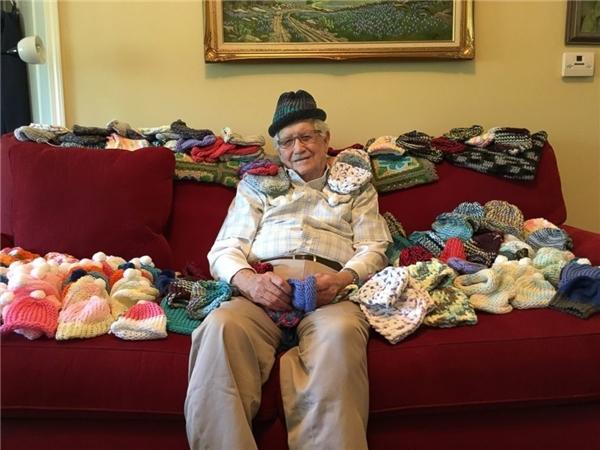 Câu chuyện của người đàn ông lớn tuổi đang phải chống chọi với căn bệnh ung thư, nhưng vẫn ngày ngày học đan len để đem đến món quà ấm áp cho những đứa trẻ sơ sinh đã khiến nhiều người xúc động và cảm phục.
