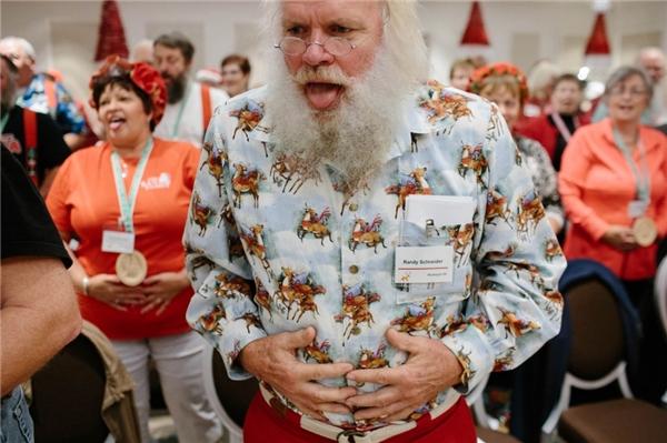 Ông già tuyết Randy Schneider đang giữ hơi trong một lớp học về giọng nói.