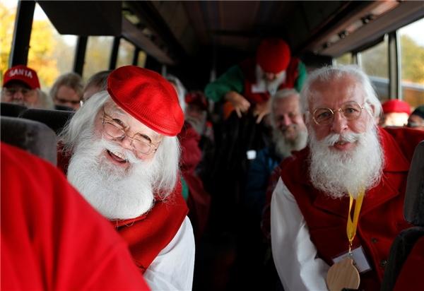 """""""Trở thành một ông già Noel là một đặc ân hiếm có"""" – ông Valent nói – """"Mỗi đứa trẻ đều sẽ nhớ như in khoảnh khắc được ngồi lên đầu gối Santa Claus và nghe ông kể chuyện. Bởi vậy, chúng ta hãy giữ cho những lời nói ấy trở nên thật đẹp và ý nghĩa."""""""