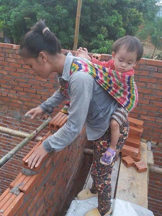Người mẹ cùng em bé đứng chênh vênh trên dàn giáo khiến ai cũng thấy xót xa.