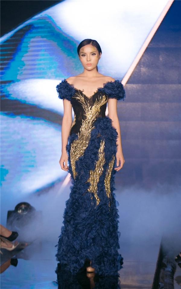 Kỳ Duyên làm vedette cho show diễn của nhà thiết kế Hoàng Hải.