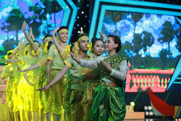 Trong đêm gala chung kết và trao giải, Vĩnh Thuyên Kim tái hiện lại lễ hội truyền thống của người Khơ-me là Ok Om Bok. - Tin sao Viet - Tin tuc sao Viet - Scandal sao Viet - Tin tuc cua Sao - Tin cua Sao