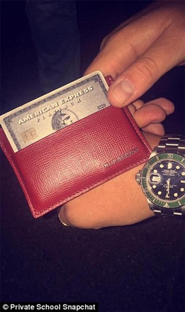 Chiếc ví nhỏ, tấm thẻ nhỏ hơn vạn lời nói.