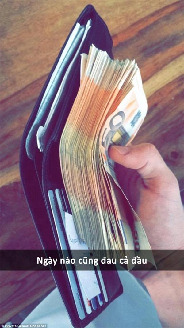 Không biết nhét thế nào cho vừa xấp tiền này vào ví, khổ tâm.