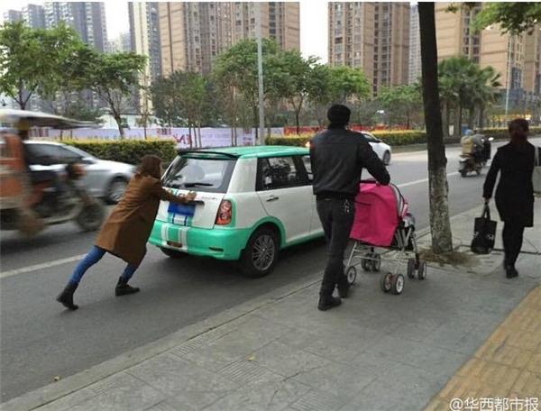 Hình ảnh vợ ì ạch đẩy ô tô, chồng thong thả đẩy xe nôi gây bức xúc