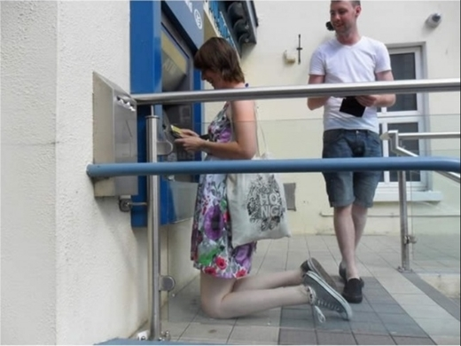Cây ATM, máy bán hàng tự động trông như mượn từ thế giới tí hon.Muốn rút tiền thì quỳ xuống luôn cho tiên.Không cẩnthận là u đầu khối lần đấy nhé!
