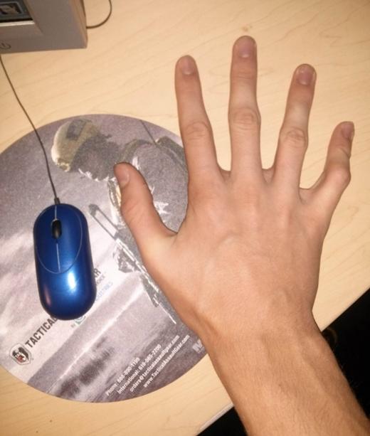 """Tỉ lệ bàn tay của người cao kều so với con chuột máy tính cũng khác hẳn """"hạng xoàng""""."""