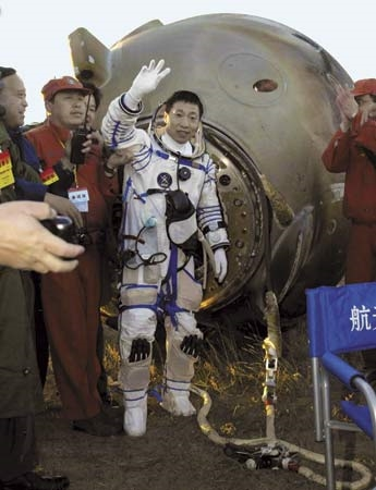 Phi hành gia trở về sau chuyến bay thành công. (Ảnh:AP)