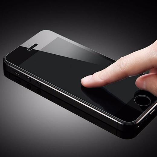 """Do những công dụng thiết thực của miếng dán cường lực, hầu hết chúng ta đều """"sắm"""" 1 cái cho dế cưng của mình với mong muốn nó sẽ bảo vệ được chiếc điện thoại thân yêu."""