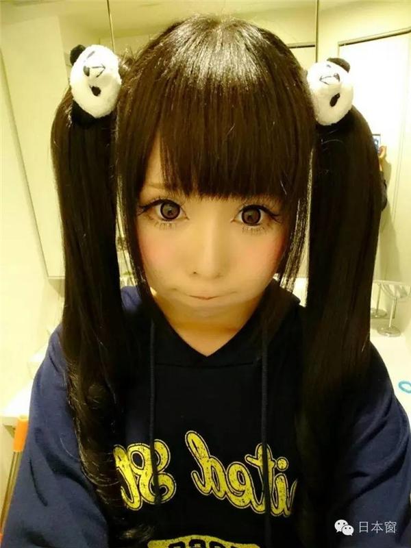 Khi trang điểm nhìn Haruki xinh như búp bê,đôi mắt to tròn, làn da trắng mịn màng.
