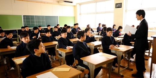 Việc cho học sinh ở lại lớp và học đi học lại các kiến thức cũ không được người Nhật ủng hộ.