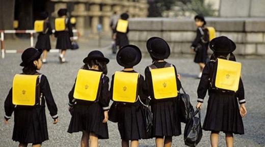 Balo đồng phục có phản quang vì mục đích an toàn cho học sinh.