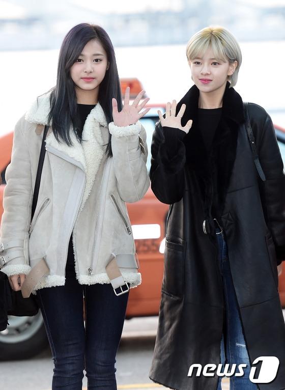 """Các thành viên Twice nhí nhảnh, tự tin khoe sắc tại sân bay. Với thành công vang dội thời gian qua, họ đang là nhóm nhạc xu hướng đình đám nhất làng nhạc Kpop hiện nay. """"Gà cưng"""" nhà JYP cũng hứa hẹn càng quét loạt giải quan trọng tại MAMA sắp tới."""