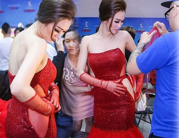 Chiếc váy của Khánh My bị rách toạt trước giờ G của một đêm diễn thuộc khuôn khổ Bước nhảy Hoàn vũ 2015. Ekip của nữ diễn viên phải cuống cuồng tìm cách xử lý để kịp giờ lên sân khấu.