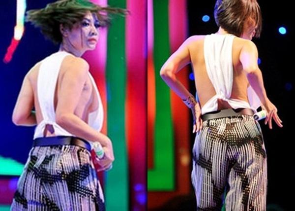 Chiếc áo với độ hở quá đà của Thu Minh cũng từng khiến nữ ca sĩ ngượng ngùng khi lộ hàng trên sân khấu. Với những trang phục như thế này thì việc biểu diễn vũ đạo vô cùng nguy hiểm.