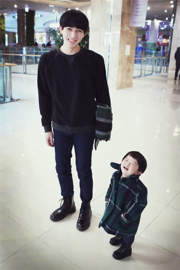 Những khoảnh khắc thường ngày của cặp bố con trên trang cá nhân.