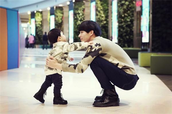 """Hai bố con đáng yêu và """"đẹp hơn hoa"""" như thế này ai mà lại không mê."""