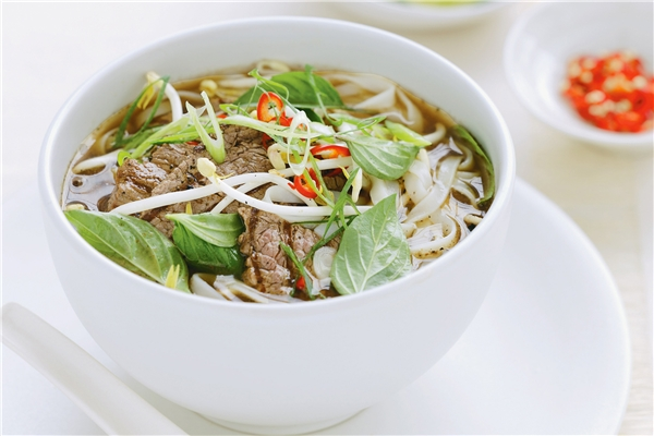 Không còn gì nghi ngờ, khi nhắc đến Việt Nam, người ta sẽ nghĩ ngay đến những bát phở thơm lừng. Một tô phở phải hội tụ được các yếu tố cơ bản như bánh phở mềm, nước phở thanh ngọt, sự kết hợp hài hòa giữa những lát thịt vừa chín tới với hương thơm từ các loại rau ăn kém.