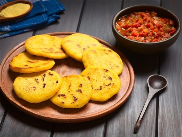 Người Colombia rất thích thưởng thức loại bánh tên Arepa làm từ bột ngô hay bột mì được nướng hoặc rán và ăn vào bữa sáng hoặc bữa xế. Khi ăn họ thường cho bơ, phô mai, trứng, sữa đặc, xúc xích cay hay sốt hành lên trên.