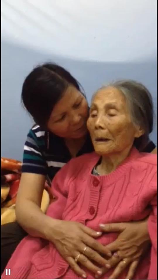 Từ mộtngười cần mẫn, hay lam hay làm,giờ cụ bà không còn nói được, chỉ ú ớ và đôi bàn chân tay bất lực. (Ảnh: NVCC)