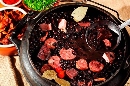 Brazil là quốc gia có nền ẩm thực độc đáo với vô số món ăn, nhưng nổi tiếng nhất là Feijoada, gồm đậu đen, bò hun khói và thịt lợn. Món này thường được ăn kèm cơm, rau xào, tương ớt và một miếng cam.