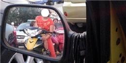 Phát hoảng với người phụ nữ vạch áo cho con bú khi đang chạy xe