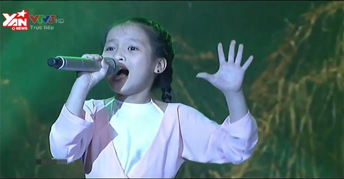 Hà Trang vẫn bình tĩnh trình diễn khi gặp phải sự cố sân khấu... sập