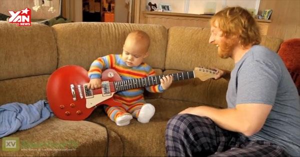 """Em bé """"đánh"""" guitar thu hút triệu lượt xem"""